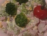 Sałatka brokułowa z szynką delikatesową, kukurydzą, rzodkiewką