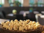 BROWNIE z solonym karmelem i orzechami i popcornem