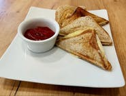 Tosty z chleba pełnoziarnistego z serem i szynką