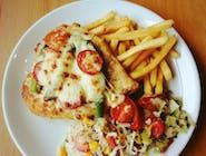Pierś z kurczaka ze świeżymi zielonymi szparagami, z sosem aioli, z pomidorkiem koktajlowym, zapiekana pod serem mozzarella + frytki / ziemniaki / ryż + zestaw surówek