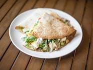 Tortilla z kurczakiem, serem, warzywami, papryczką jalapeño i sosem czosnkowym, zapiekana w piecu