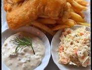 Fish & chips dorsz w panierce piwnej z sosem tatarski frytkami/ziemniakami surówką colesław