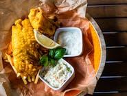 Fish & chips dorsz w chrupiącej panierce z sosem tatarski frytkami/ziemniakami surówką colesław