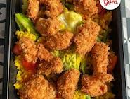 Smażony ryż z warzywami z chrupiącymi kawałkami kurczaka w panierce panko