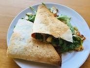 Tortilla z grillowanym serem halloumi,  warzywami, piklowaną cebulką, rukolą i sosem jogurtowym