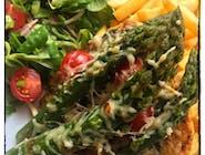 Pierś z kurczaka ze świeżymi zielonymi szparagami z sosem aioli z pomidorkiem koktajlowym zapiekana pod serem mozzarella
