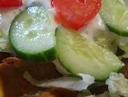 Kebab wołowo drobiowy na frytkach, warzywa sos czosnkowy