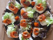 Roladki z łososia na ciemnym pieczywie z twarożkiem