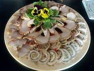 Patera wiejskich wędlin i mięs pieczystych  ( rolada z boczku, schab nadziewany sliwką, karkówka pieczona z czosnkiem i ziołami, trzy rodzaje wędlin), podana z dipem chrzanowym i bagietka czosnkową