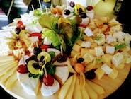 Deska serów różnego rodzaju serwowana z dipem z avokado, podana z faworkami czosnkowymi, winogronem i orzechami