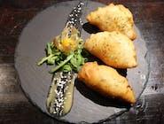 Panzzerotti-włoskie pierożki wypełnione farszem z kurczakiem, cebulą, pieczarkami i serem