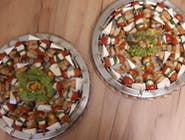 Mini szaszłyki z pomidorem koktajlowym, serem mozzarella i bazylią