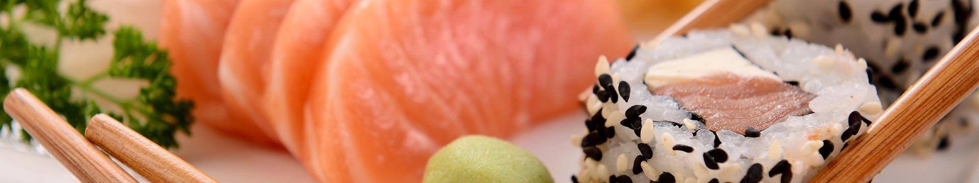 Świeże ryby i składniki, aromatyczny ryż.