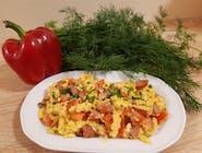Jajecznica z kiełbasą i pomidorem