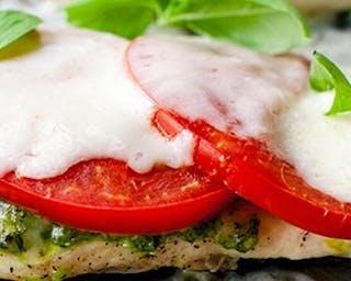 Grillowany filet z kurczaka z pomidorem i mozzarellą.