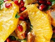 Sałatka z grillowanym kurczakiem, pomarańczą i orzeszkami arachidowymi z dressingiem miodowo-musztardowym z cynamonem