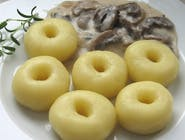 Kluski śląskie z sosem grzybowym i surówką z modrej kapusty