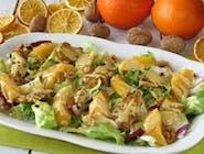 Sałatka z grillowanym kurczakiem, pomarańczą i orzechami arachidowymi z dressingiem miodowo-musztardowym z cynamonem