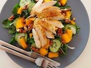 Sałatka z grillowanym indykiem, mango i kiełkami
