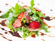 Sałatka z rucolą, szynką parmeńską i truskawkami z dressingiem balsamiczno-miodowym