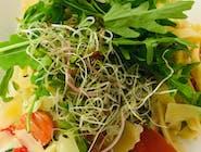 Pasta z pomidorem, cebulką, świeżym szpinakiem i oliwkami z dodatkiem góralskiego parmezanu