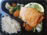 Łosoś smażony na bukiecie warzyw  ryżem