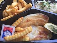 Tilapia smażona z ziemniakami i surówką