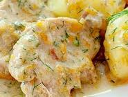 Polędwiczki wieprzowe w sosie kurkowym z pieczonymi ziemniakami i surówką
