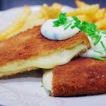 Vyprážaný syr, so šunkou, opekané zemiaky tatárska omáčka,