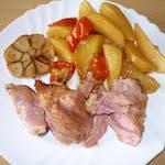 120/200g Grilované kúsky z bravč.kolena, pečené zemiaky, obloha│1,7│
