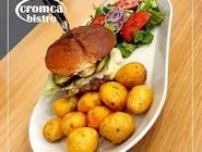 hamburger z pieczonymi ziemniakami i sałatka