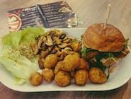 chicken burger W ZESTAWIE Z PIECZONYMI ZIEMNIAKAMI I SAŁATKĄ