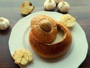 Krem czosnkowy podawany w chrupiącym chlebie