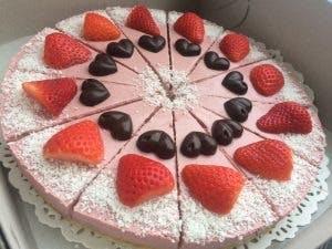 Jahodová torta s raw čokoládovými pralinkami 25cm