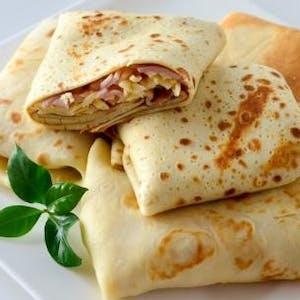 Naleśniki z szynką i serem podane z sosem tatarskim