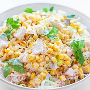 Sałatka ryżowa z kurczakiem i warzywami