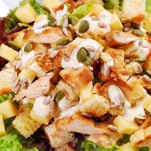 Sałatka z kurczakiem w ziołach, warzywami i grzankami
