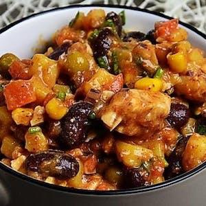 Sałatka Diablo z warzywami, chili i kurczakiem