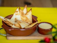 Domowe nachosy z sosem serowym