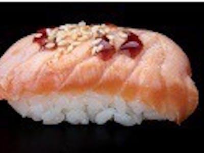 Nigiri z opalonym łososiem