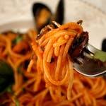 Spaghete cu midii și sos de roșii