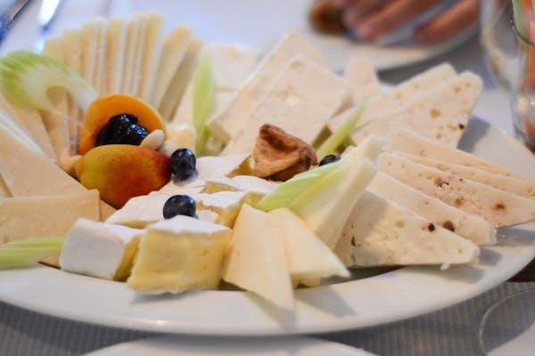 Selecție de brânzeturi cu fructe