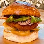 Panoramiks - burger w zestawie z frytkami belgijskimi i sałatką coleslaw