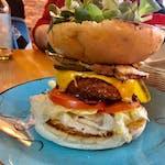 Linda McCartney burger  z wegańskim sosem majonezowo czosnkowym