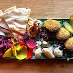 Deska kiszonek z hummusem i falafelem
