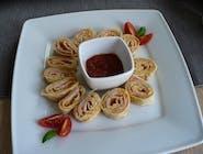 Ślimaczki naleśnikowe z szynką, żółtym serem i ketchupem + sos