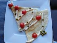 Choinka z żółtym serem i szynką, majonezem, pomidorkami i groszkiem