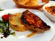 Cotlet de porc la grătar + garnitură + salată + chiflă
