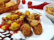 Copănele crocante + garnitură + salată + chiflă