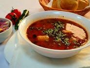 Ciorbă de fasole cu afumătură și ceapă roșie